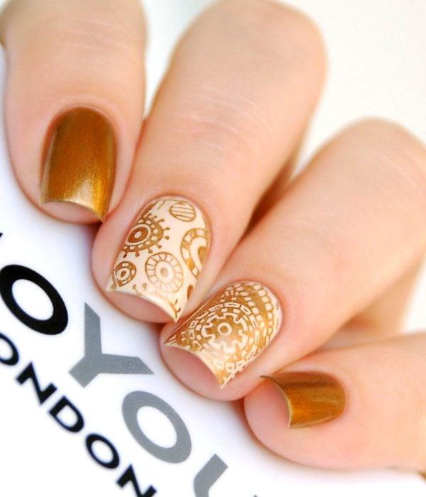 Manicure dorado para la fiesta de Año Nuevo