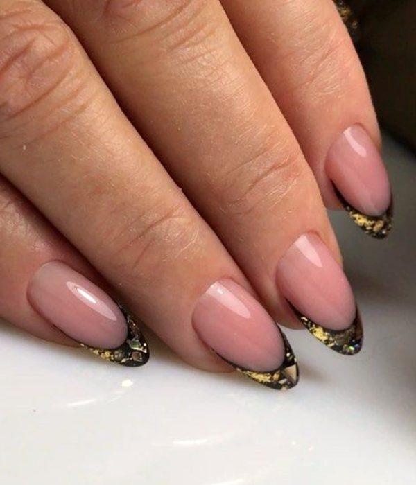 Manicure francés dorado para la fiesta de Año Nuevo; uñas largas en forma de almendra