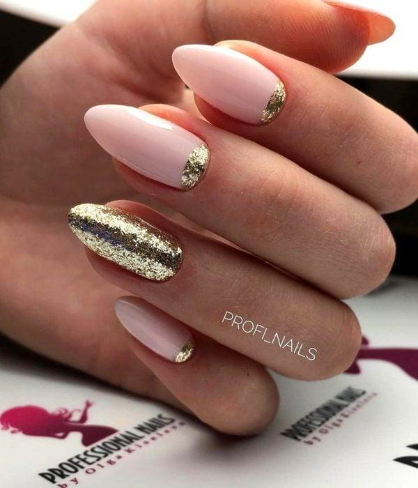 Manicure dorado y rosa pastel para la fiesta de Año Nuevo; uñas largas en forma de almendra