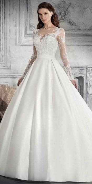 Chica con un vestido de novia en color blanco con mangas de encaje