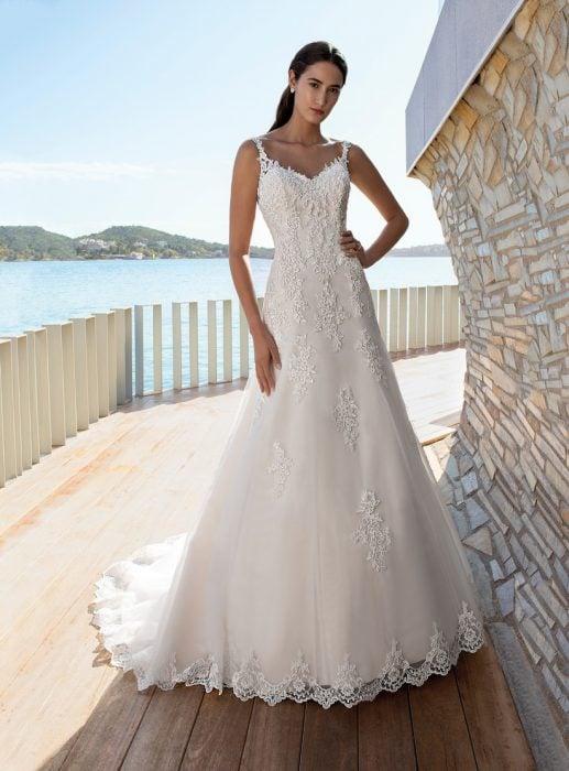 Chica con un vestido de novia en color blanco con estampado floral