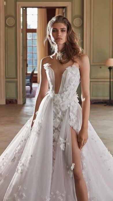 Chica con un vestido de novia en color blanco con escote en la parte superior y en la pierna