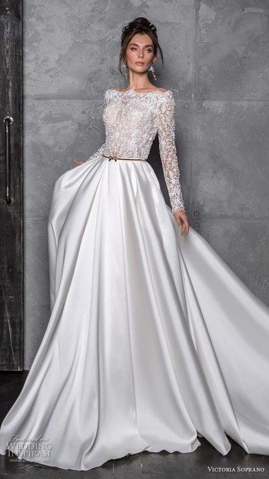 Chica con un vestido de novia en color blanco con estampado en la parte superior