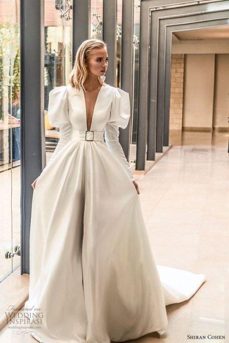Chica con un vestido de novia en color blanco con mangas bombachas