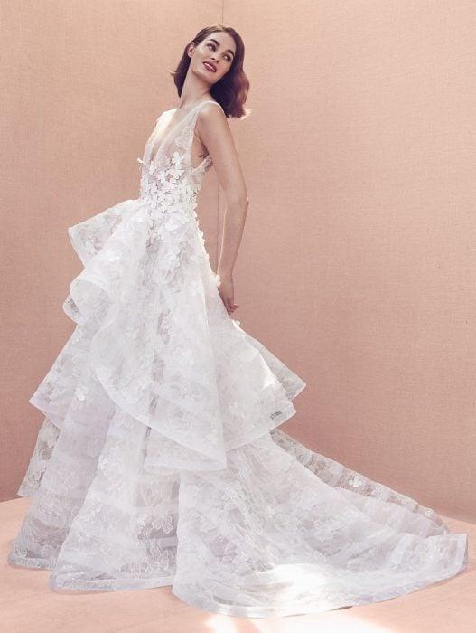 Chica con un vestido de novia en color blanco con diferentes capas