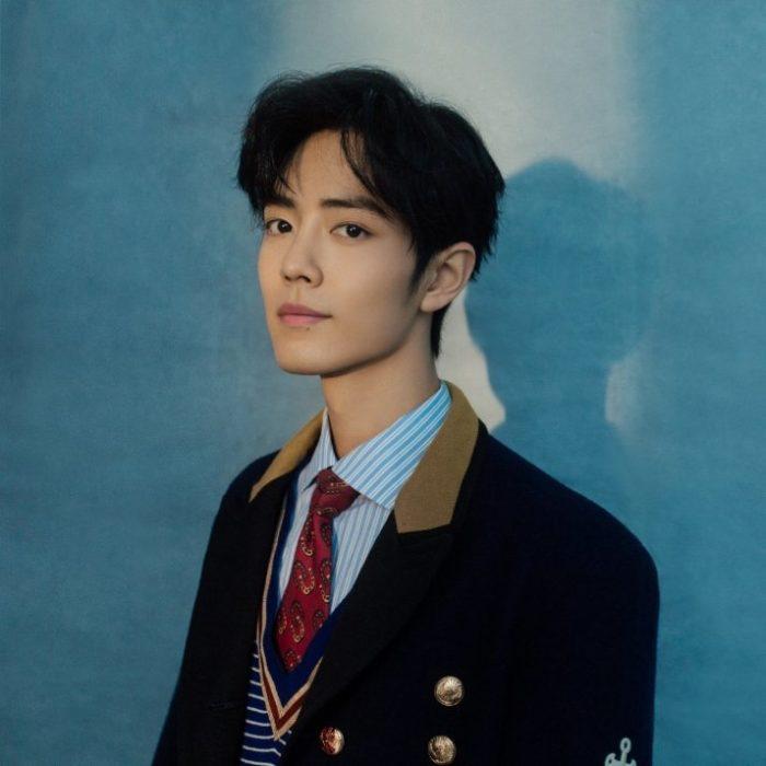 Xiao Zhan con uniforme escolar posando