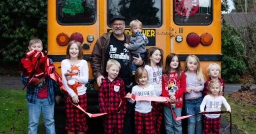 Abuelo da a sus nietos el mejor regalo de Navidad: ¡un autobús escolar!