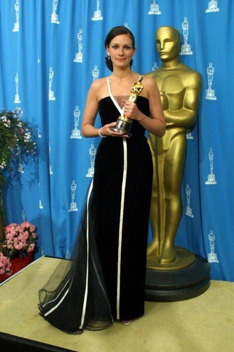 Julia Roberts recibiendo su premio a mejor actriz en el 2001