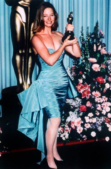 Jodie Fostercon su premio óscar en la mano en 1989