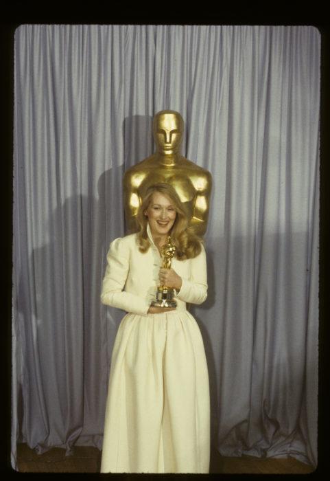Meryl Streepsosteniendo su estatuilla óscar en 1980