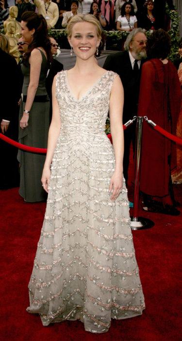 Reese Witherspoonen la alfombra roja de los Óscar en 2006