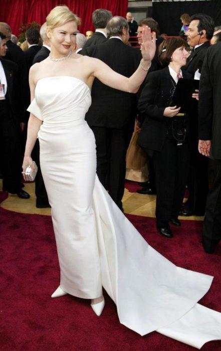 Renee Zellwegeren la alfombra roja de los premios Óscar en 2004