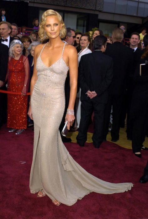 Charlize Theronen la alfombra roja de los Óscar en 2004