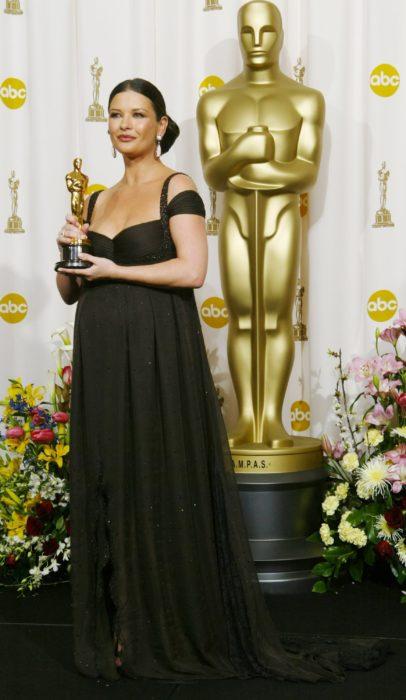 Catherine Z jones sujetando su estuatilla del Óscar en 2003