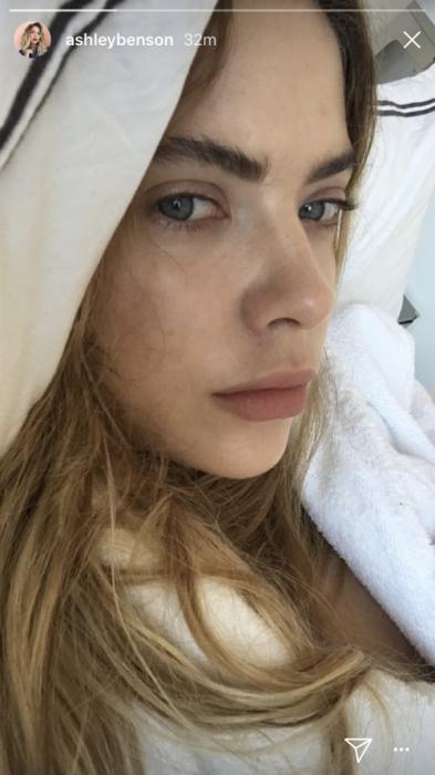 Ashley Benson tomando una selfie sin maquillaje