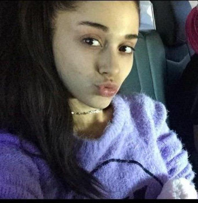 Ariana Grande sin maquillaje dentro de un automóvil