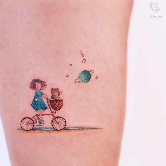 Tatuaje de una niña recorriendo la galaxia junto a su gato