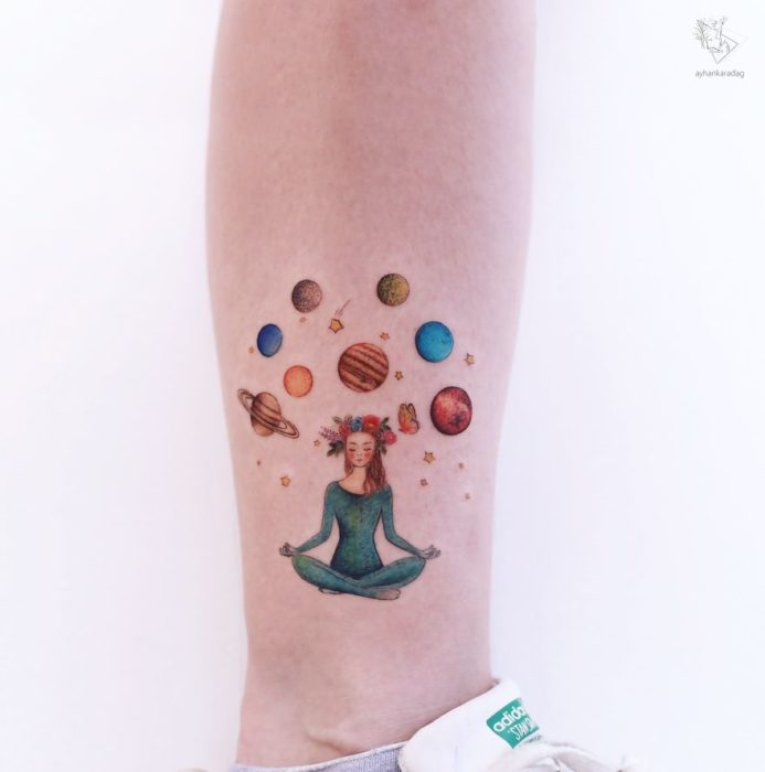Tatuaje de una chica que practica yoga y ve planetas