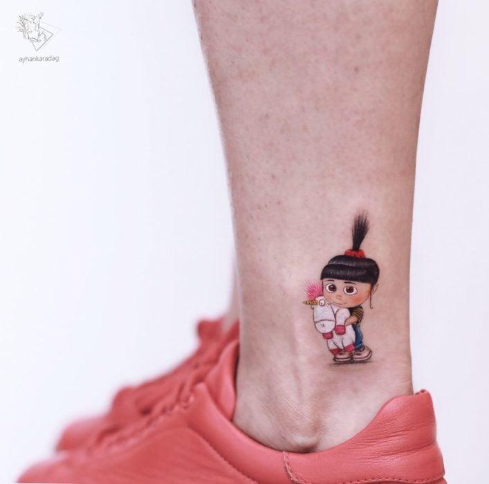 Tatuaje de la niña de la película de los minions