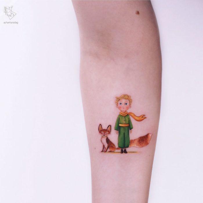 Tatuaje de El Principito parado junto a un zorro