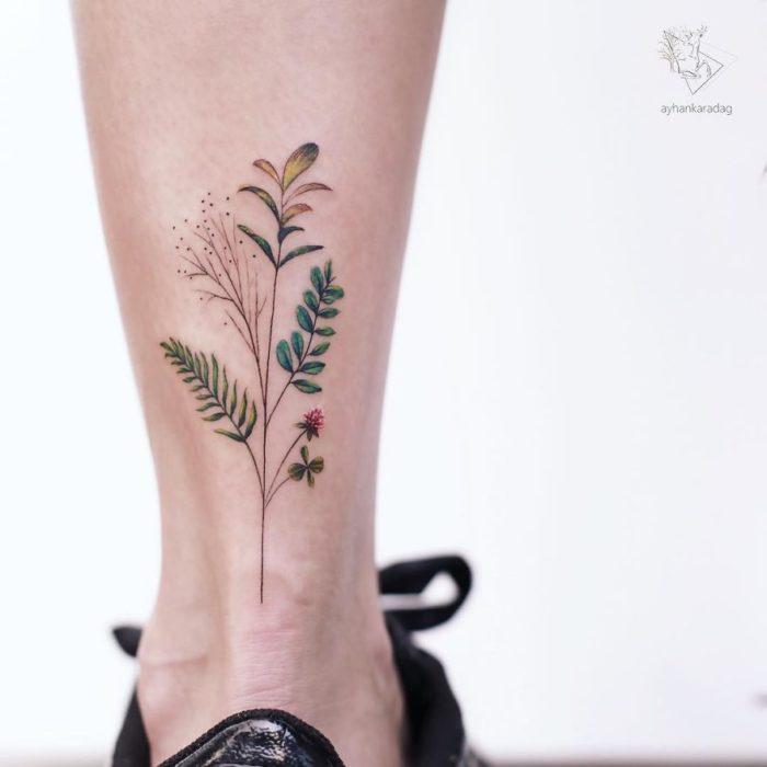 Tatuaje de una rama de árbol