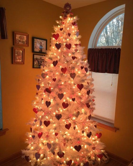 árbol de navidad decorado con guirnaldas rojas para festejar San Valentín