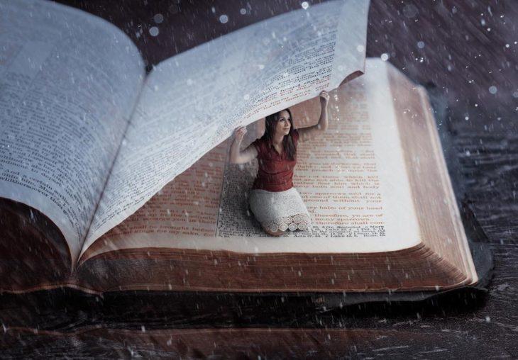 Ilustración digital de Kevin Carden, mujer sosteniendo la página de un libro de texto