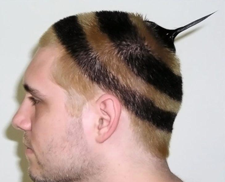 Hombre con corte de cabello y peinado de abeja