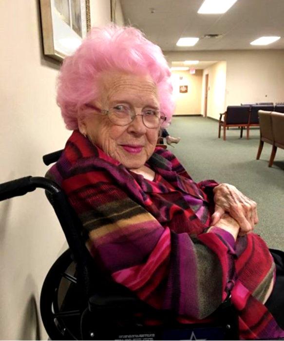 Abuelas con cabello de colores; viejita con cabellera rosa