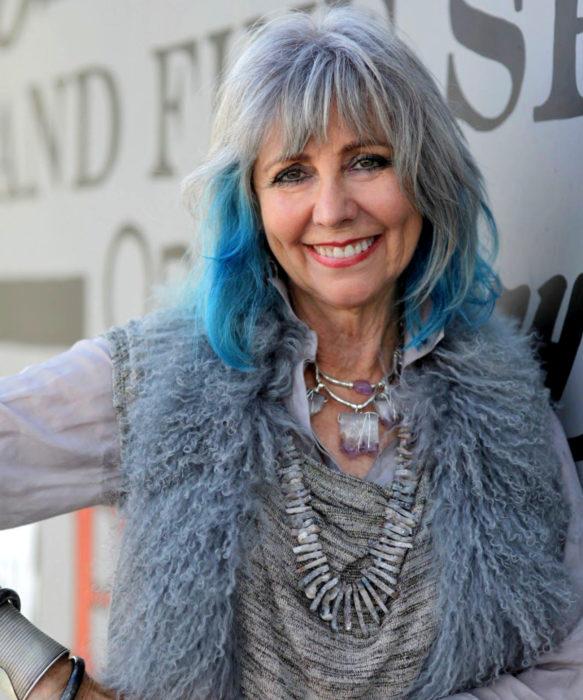 Abuelas con cabellera de colores; viejita con cabello gris y azul