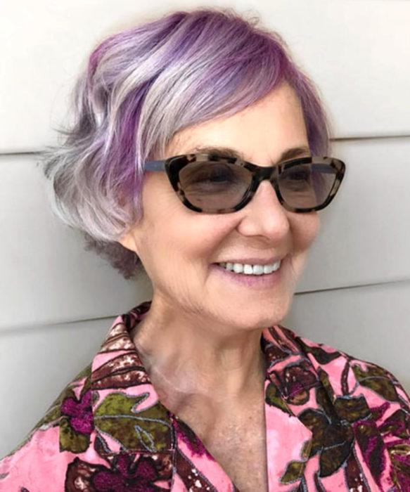 Abuelas con cabellera de colores; viejita con cabello gris y lila