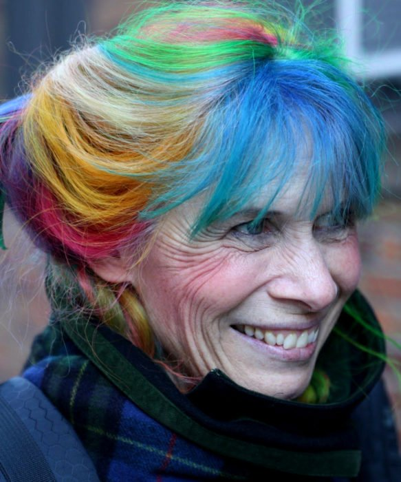 Abuelas con cabellera de colores; viejita con cabello arcoíris; amarillo, anaranjado, rosa, morado, verde, azul y gris