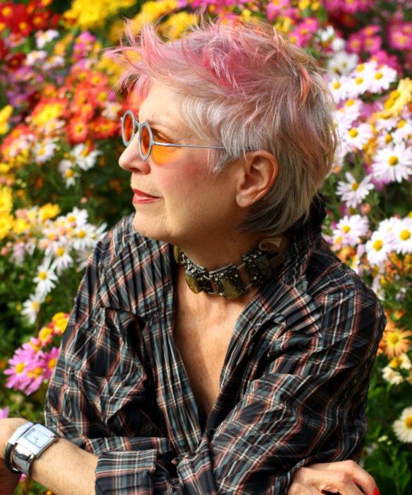 Abuelas con cabellera de colores; viejita con cabello rosa