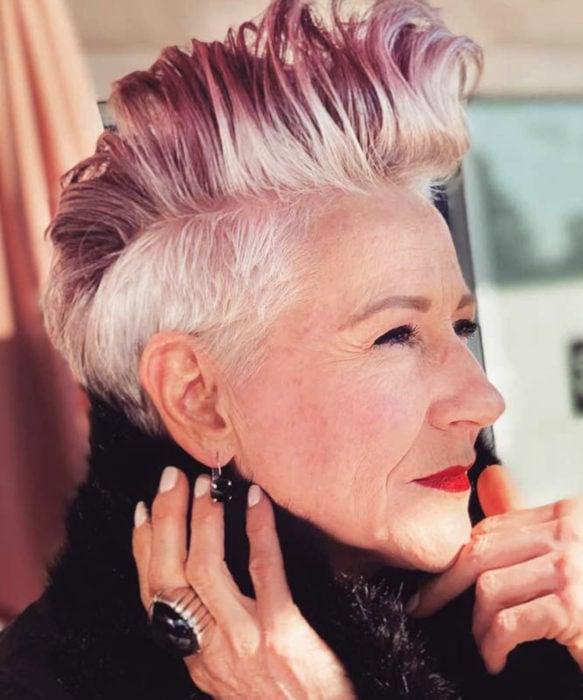 Abuelas con cabellera de colores; viejita con cabello rosa y blanco, mohicano