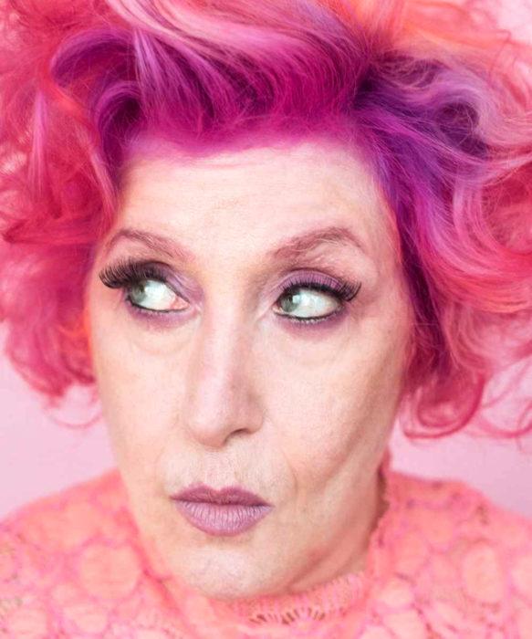 Abuelas con cabellera de colores; viejita con cabello rosa y morado