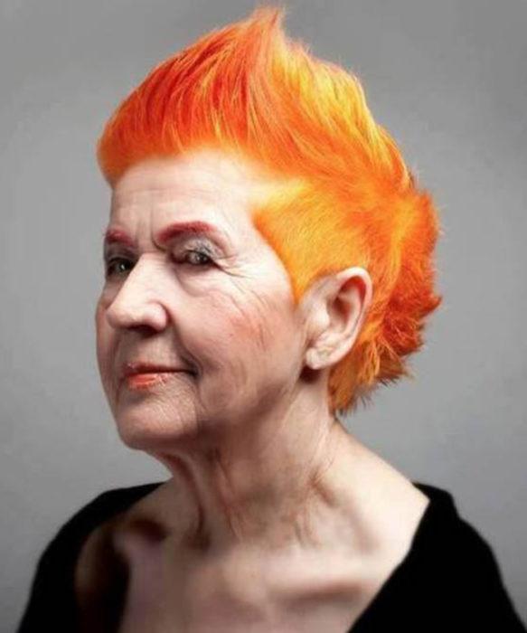 Abuelas con cabellera de colores; viejita con cabello anaranjado y con mohicano
