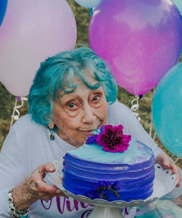 Abuelas con cabellera de colores; viejita con cabello azul