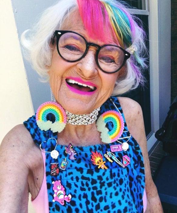 Abuelas con cabellera de colores; viejita con cabello arcoíris, fleco rosa, amarillo, verde, morado y azul