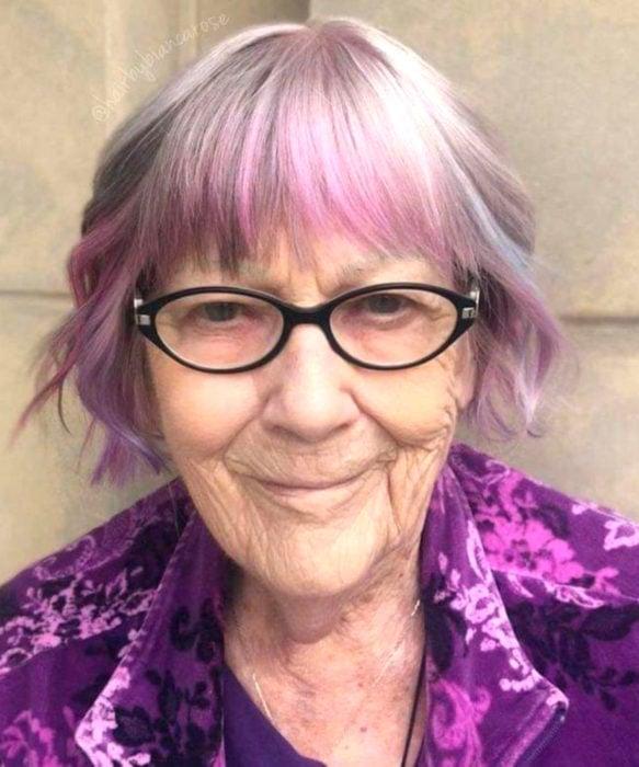 Abuelas con cabello de colores; viejita con cabellera morado y lila