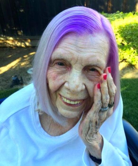 Abuelas con cabellera de colores; viejita con cabello morado y blanco