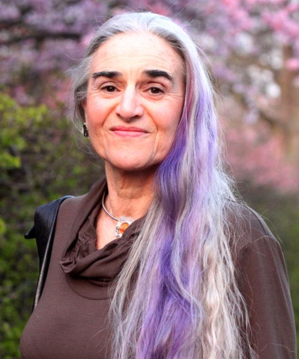 Abuelas con cabellera de colores; viejita con cabello lila y blanco
