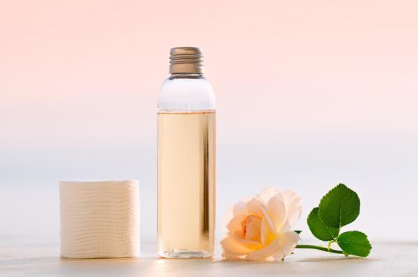 Agua micelar casera en botella de plástico