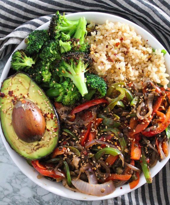 Plato de quinoa con vegetales y aguacate