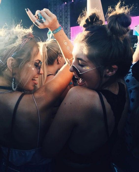 Empresa sueca de bebidas spirit Gnista Spirits paga 50 dólares la hora por irte de fiesta; amigas bailando