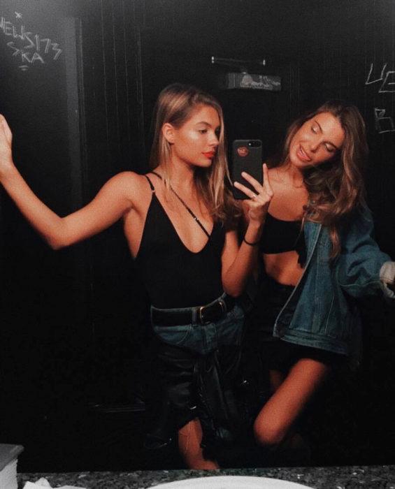 Empresa sueca de bebidas spirit Gnista Spirits paga 50 dólares la hora por irte de fiesta; amigas tomándose selfie frente al espejo