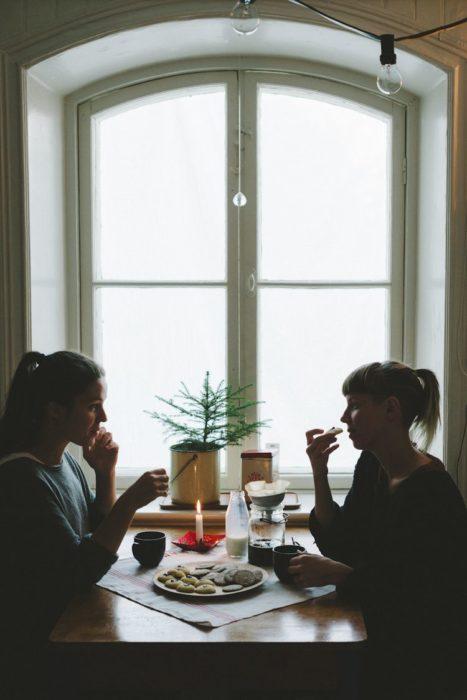 Amigas platicando mientras comen algo en alguna cafetería