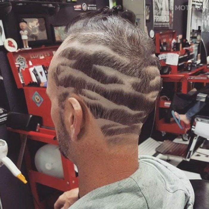 Chico con corte de cabello en animal print