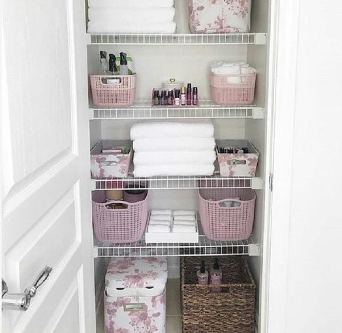 Organización en baño de chica en tonos rosas y lilas