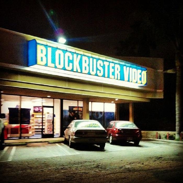 Entrada a Blockbuster de noche
