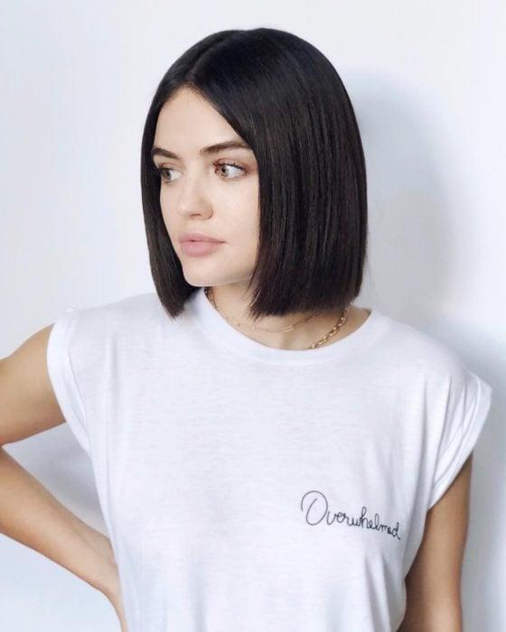 Lucy Hale con corte bob corto, posando para foto usando una camiseta blanca